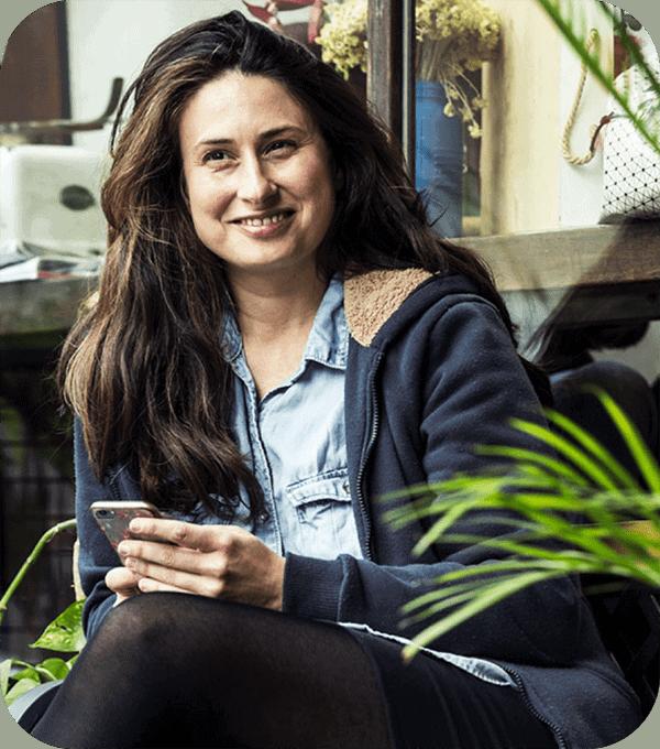 Koala billing app gebruikt door een jonge vrouw